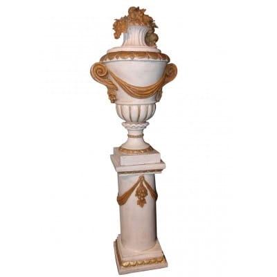 Vase d'ornement sur colonne